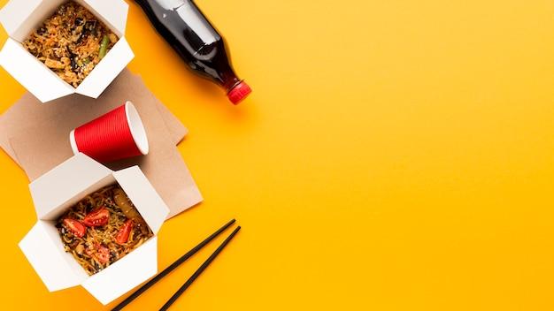 Comida chinesa de rua com espaço de cópia Foto gratuita