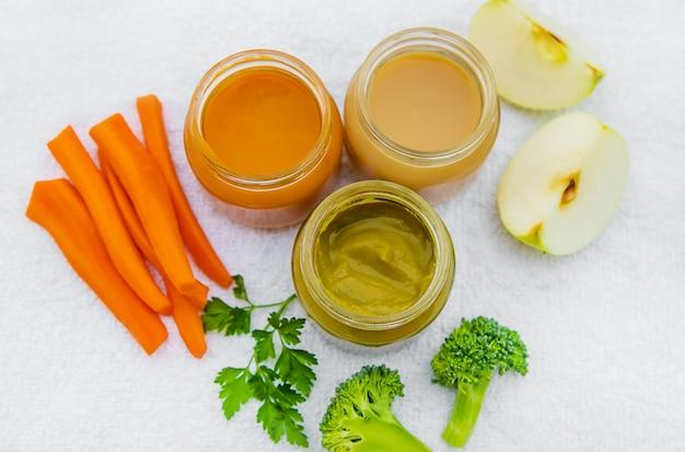 Comida de bêbe. purê de legumes e frutas em frascos Foto Premium