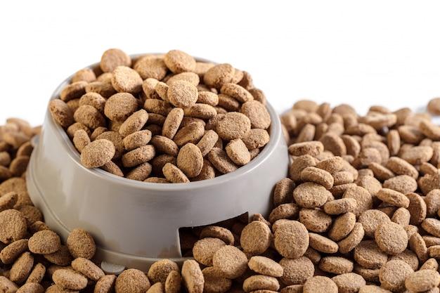 Comida de cachorro seco isolado no branco Foto Premium