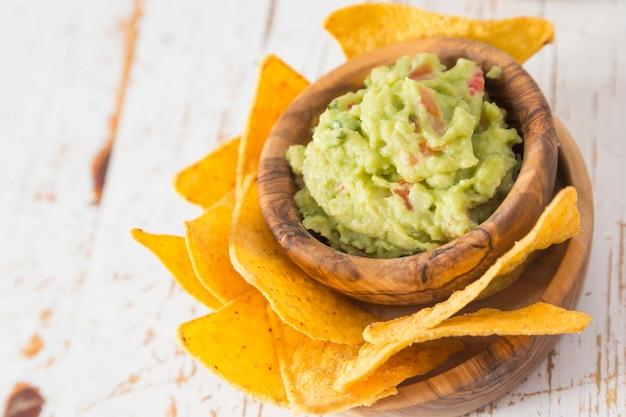 Comida de festa - nachos com guacamole Foto Premium