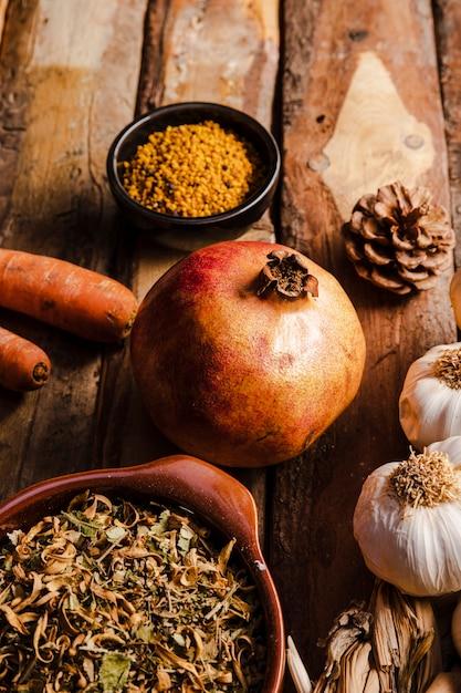 Comida de outono alto ângulo no fundo de madeira Foto gratuita