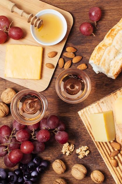Comida de piquenique plana leiga com copos de vinho Foto gratuita