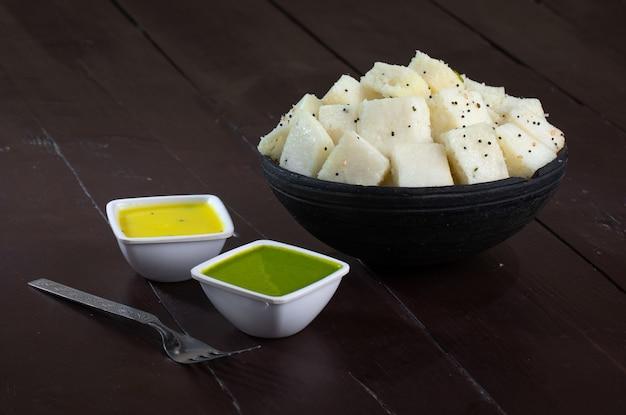 Comida de rua popular indiana khaman ou dhokhala Foto Premium