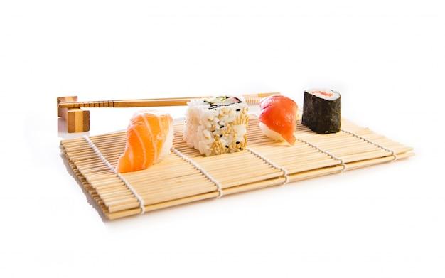 Comida de sushi sobre fundo branco Foto gratuita