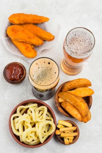 Comida deliciosa e copos de cerveja na horizontal Foto gratuita