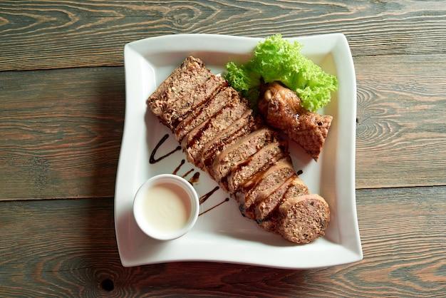 Comida deliciosa na mesa de madeira Foto gratuita