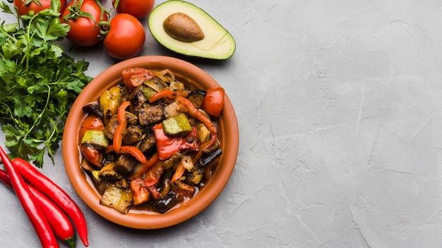 Comida deliciosa no prato entre legumes Foto gratuita