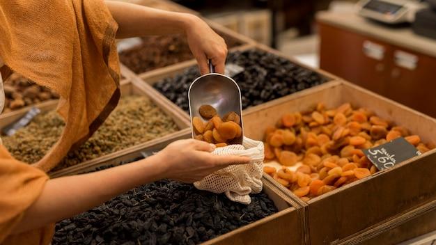 Comida desidratada deliciosa no mercado Foto gratuita