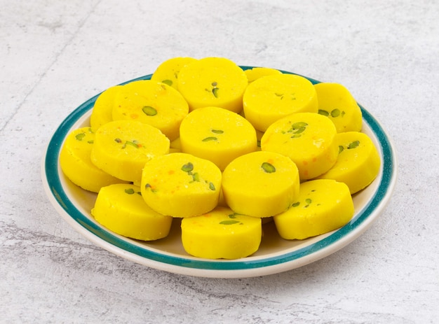 Comida doce indiana kesar peda Foto Premium