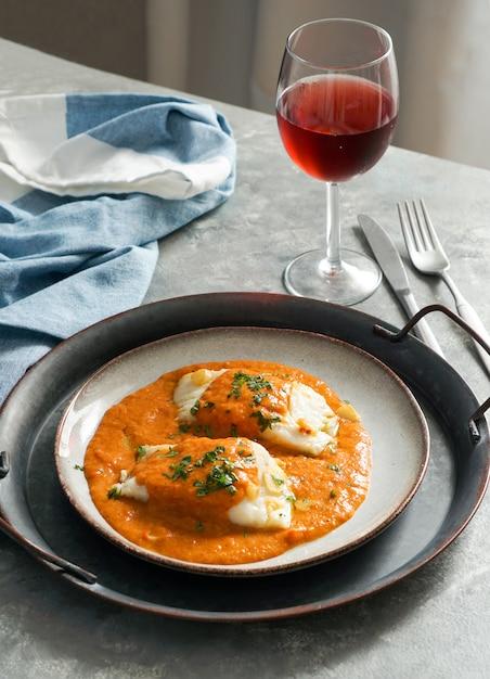 Comida espanhola. bacalhau à vizinha, basco style bacalhau Foto Premium