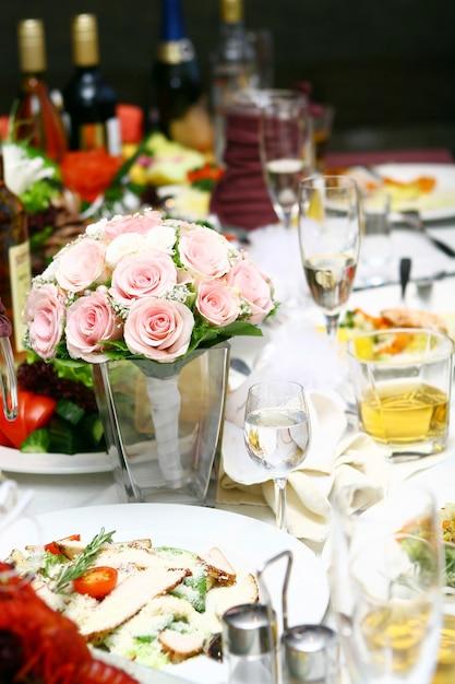 Comida fresca e saborosa na mesa Foto gratuita