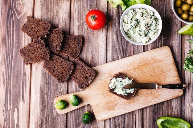 Comida fresca e saudável. café da manhã, lanche ou almoço idéias. pão com queijo Foto gratuita