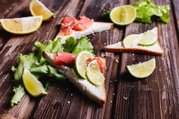 Comida fresca e saudável. café da manhã ou almoço idéias. pão com queijo, abacate e salmão Foto gratuita