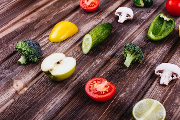 Comida fresca e saudável. pimenta amarela e verde, limão, limão, brócolis, tomate, Foto gratuita