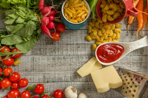 Comida fresca na mesa Foto Premium
