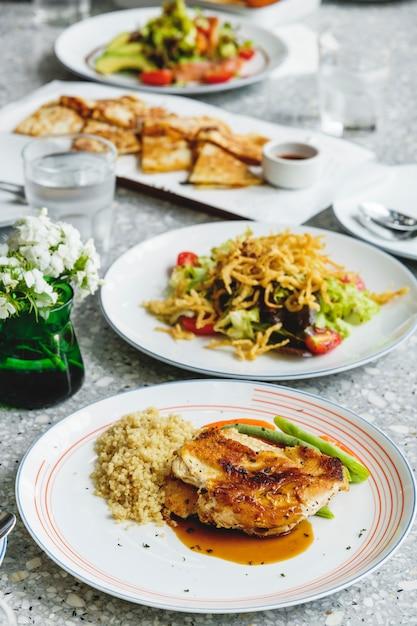 Comida halal servir na mesa Foto gratuita