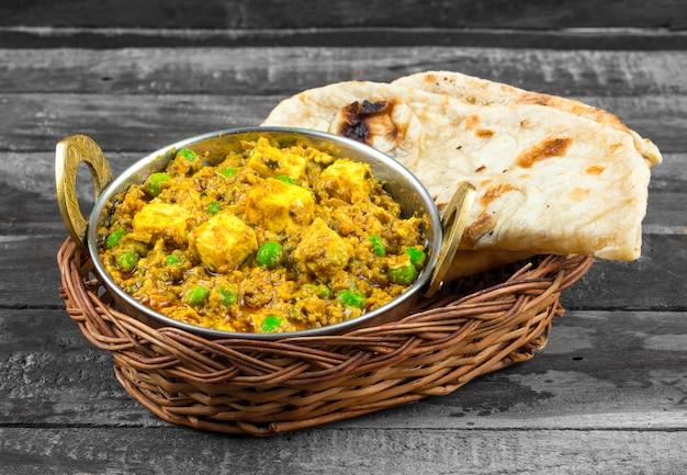 Comida indiana mattar paneer Foto Premium