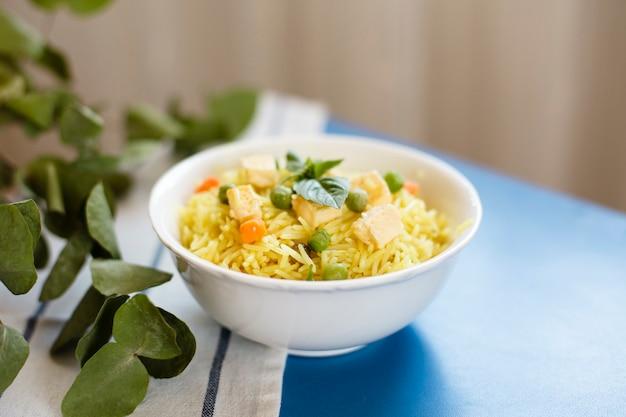 Comida indiana tradicional com arroz e frango Foto gratuita