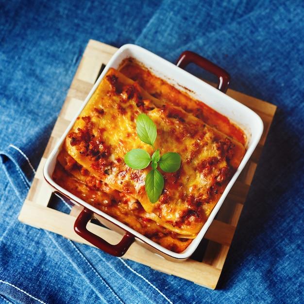 Comida italiana. prato de lasanha. Foto Premium