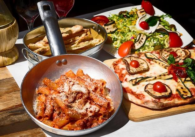 Comida italiana saborosa e famosa Foto Premium