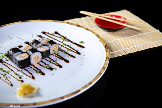 Comida japonesa delicioso sushi uramaki de salmão com arroz Foto Premium