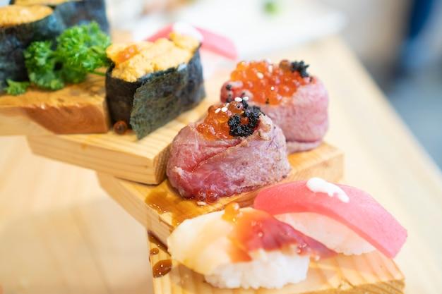 Comida japonesa que é lindamente decorado, sushi e peixe cru Foto Premium