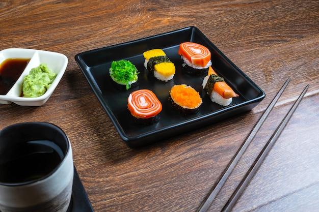 Comida japonesa, sushi na mesa Foto Premium