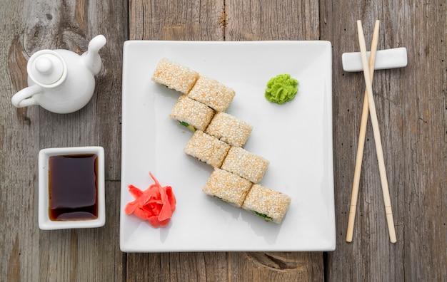 Comida japonesa tradicional e pãezinhos com frutos do mar frescos Foto Premium