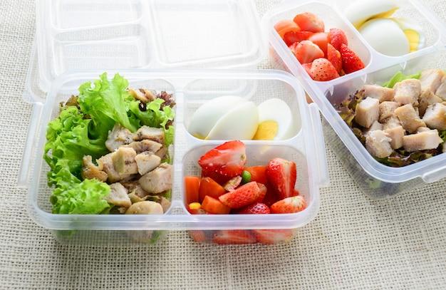 Comida limpa estilo moderno, ovo cozido, frango grelhado e abacate, morango, salada de legumes Foto Premium
