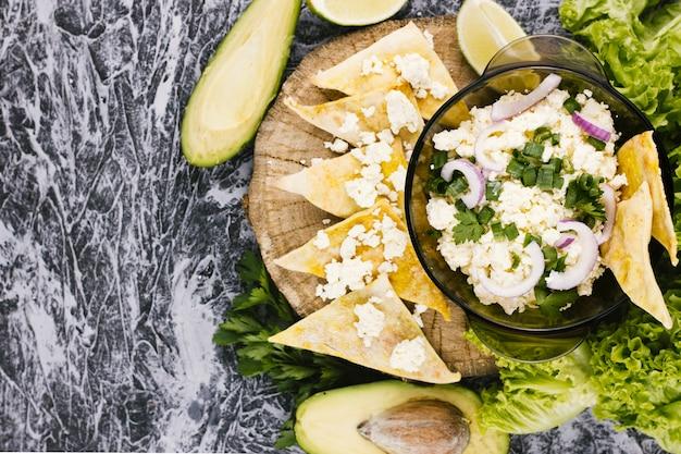 Comida mexicana com abacate e nachos Foto gratuita
