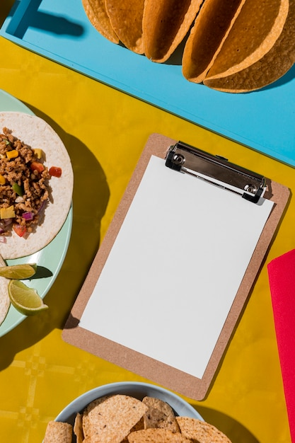 Comida mexicana e vista superior da prancheta Foto gratuita