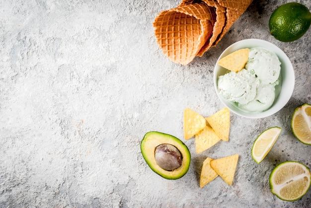 Comida mexicana, limão orgânico caseiro e sorvete de abacate, com casquinhas de sorvete, fatias de tortilha doce. em uma mesa de pedra cinza, copyspace Foto Premium