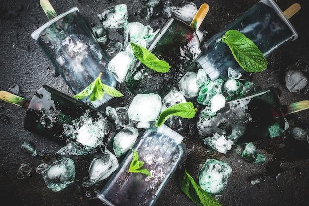 Comida moderna, sobremesas veganas asiáticas, picolés caseiros de sorvete com espirulina de algas Foto Premium