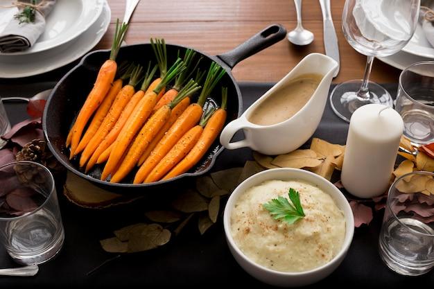 Comida na mesa para o dia de ação de graças Foto gratuita