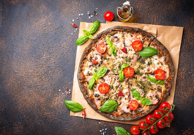 Comida na moda italiana pizza preta Foto Premium