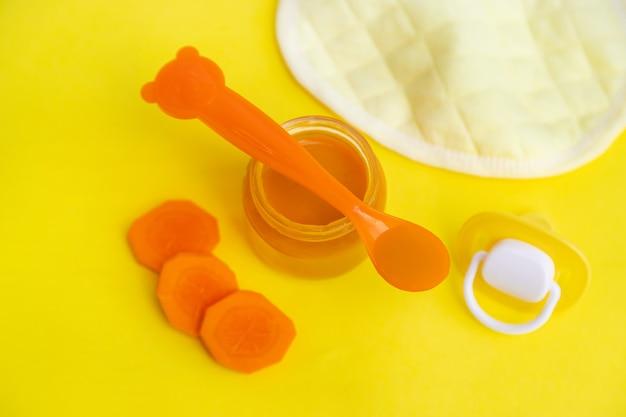 Comida para bebê em pequenos frascos. Foto Premium