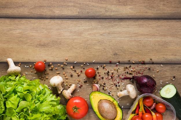 Comida saudável, com espaço de cópia no fundo de madeira Foto gratuita