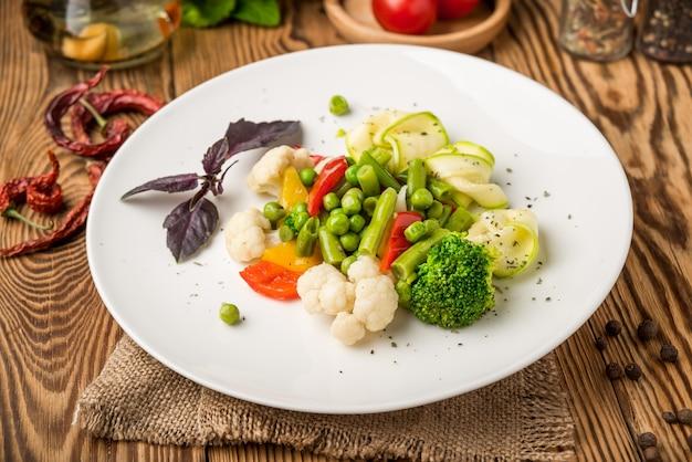 Comida saudável comida bonita e saborosa em um prato Foto Premium