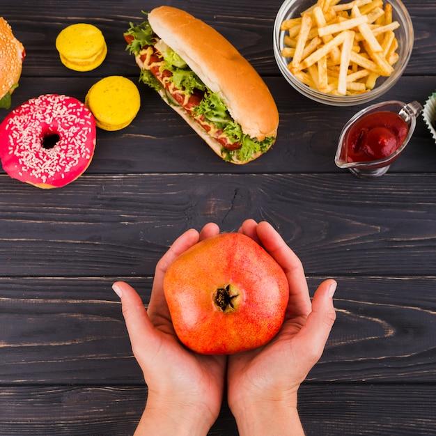 Comida saudável e insalubre Foto gratuita