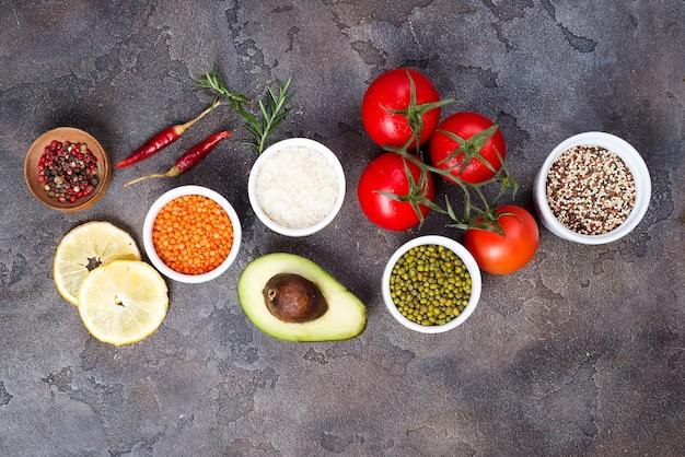 Comida saudável e orgânica limpa a opção de comer incluindo certas proteínas previne câncer Foto Premium