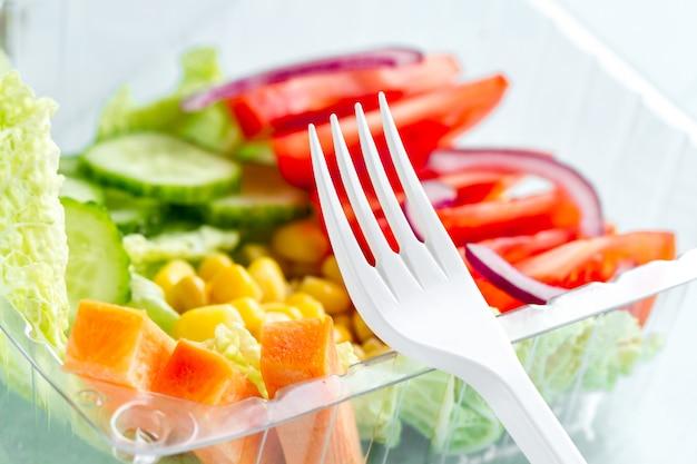 Comida saudável e saudável em um recipiente de plástico. perca peso, coma direito. lanche no trabalho, no escritório, na hora do almoço, durante um intervalo. lancheira Foto Premium