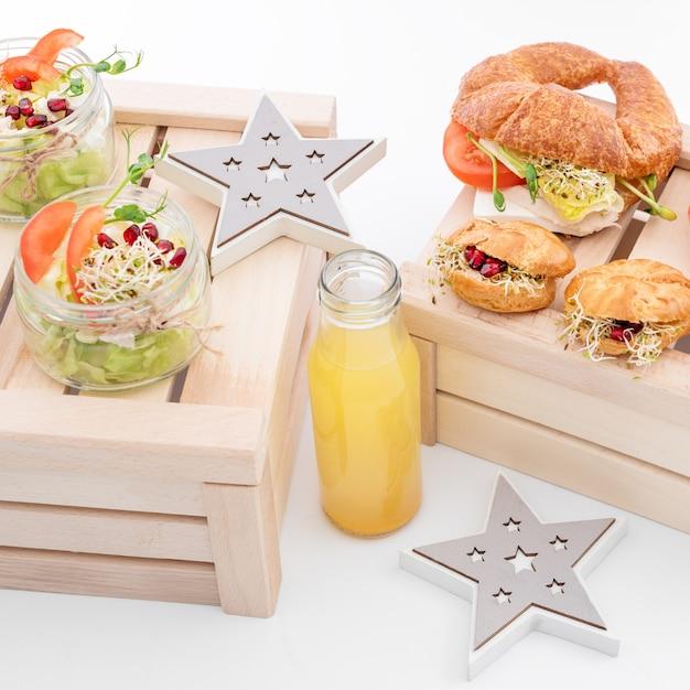 Comida saudável, menu com microgreens. sanduíches vegetarianos com variedade de micro greens Foto Premium
