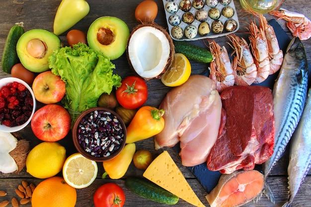 Comida saudável na velha de madeira. conceito de nutrição adequada. vista do topo. lay plana. Foto Premium