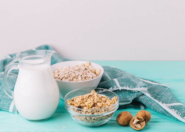 Comida saudável no café da manhã na mesa de madeira Foto gratuita