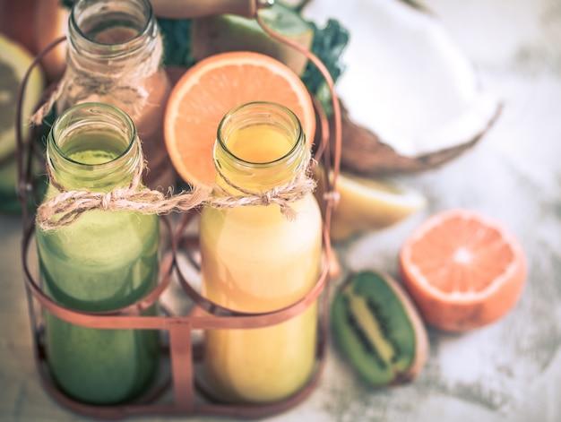 Comida saudável suco e frutas frescas Foto gratuita