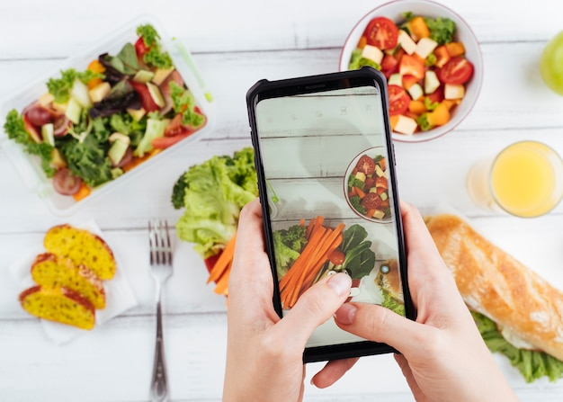 Comida saudável turva com telefone acima Foto Premium