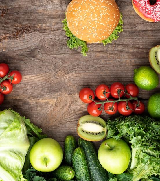Comida saudável verde com hambúrguer Foto gratuita