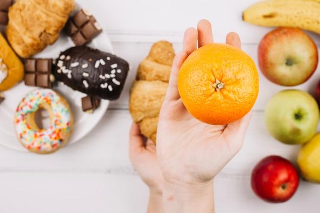 Comida saudável vs alimentos pouco saudáveis Foto gratuita