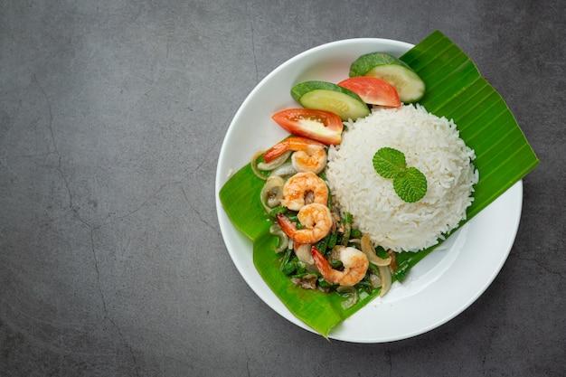Comida tailandesa; camarão e lula fritos cozidos com feijão comprido e arroz. Foto gratuita
