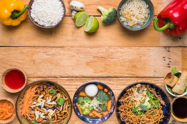 Comida tailandesa tradicional na parte inferior e superior mesa de madeira Foto gratuita